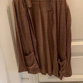 Rigtig fin skjorte/cardigan i 100 pct. silke. Den har to lommer foran og er aldrig brugt.