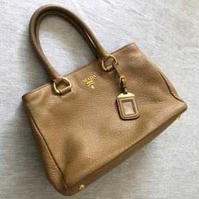 Tasken fremstår som ny. Farven er camel. Der medfølger ubrugt skulderrem. Super lækker taske. Købt i Italien.