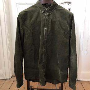 Flot og velholdt fløjsskhorte fra Les Deux. Skjorten er lavet i en stretchy metervare, skjorten er normal i størrelsen.