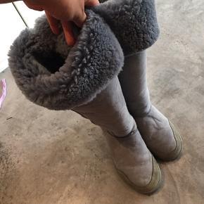 New zeeland boots i fin grå farve. De er str 38, men lidt store i størrelse . De er i rigtig god stand.