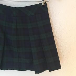 """Ternet og plisseret kort nederdel i størrelse 36  Kan afhentes på Nørrebro og Nordvest eller brug """"køb nu"""" funktionen ✌️  Se mine andre varer 🌻"""