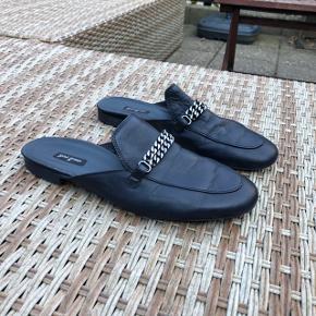 Flotte slip-on sko. Brugt få gange. Materiale i læder