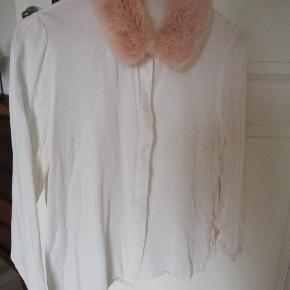 Fin skjort, med lækker fake faux pelskrave - virkeligt en luksus skjorte i 100% viskose.