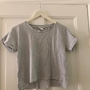 Stribet cropped t shirt. Kan passes af en xs-m afhængigt af ønsket fit.    Skal afhentes på Østerbro eller sendes på købers regning. Kom gerne med bud 🌸