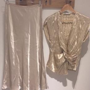 """Champagne farvet nederdel med et fint fald. Brugt én gang man syntes allerede den ser brugt ud. Meget lig den nederdel fra Anine Bing der er meget populær.  Fin sammen med toppen som også sælges - se annonce med """"Zara Top"""" :-)"""