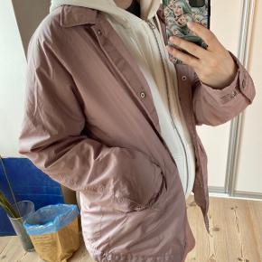 """virkelig fed babylyserød jakke/windbreaker/i """"regnjakke""""stoffet. aldrig blevet brugt. det en oversized S, siden det er mensize"""