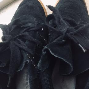 Bobby sneakers (skjult kilehæl)  Virkelig fin stand med imprægnering og velholdte, sort ruskind, alm. i størrelse.