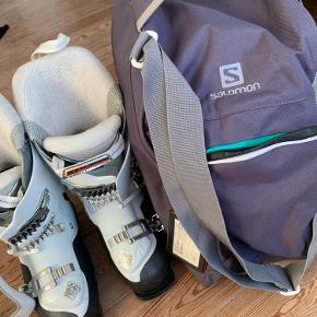 Brugt 2 dage i alt. Str 25,5 dvs 38. Virkelig gode skistøvler - de har specielt fokus på at mindske skinnebensbetændelse, da jeg selv døjede med det. Sælges da jeg er skiftet til snowboard. Støvletasken er Salomon og kan fåes med for 100kr ekstra