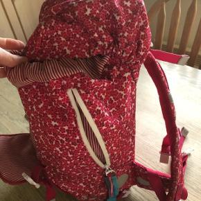 Beckmann Begynder skoletaske beregnet til 0-1 kl. Et stort rum med god plads til madkasse, iPad og nogle hæfter/bøger. Tasken er 21 L. Brugt i 0.klasse (et helt skoleår) men fejler intet. Er vasket.