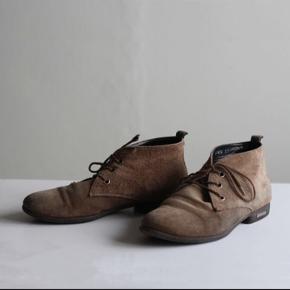 Ankelstøvler i brun ruskind.  Trænger til nye snørebånd. Ellers i fin stand.  Nyrenset og imprægneret.