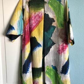 Smuk Cos kjole i helt særligt print. Størrelsen er oversize. Så passer meget fint en 38 også, som jeg selv er. Jeg får den desværre ikke brugt og sælger derfor. Perfekt til sommer og bare ben. Stoffet er bomulds crincle, som cos tit bruger. Kjolen er ikke Strøget på billedet.