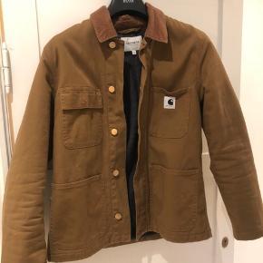 Sælger denne carhartt jakke, som jeg har brugt 1-2 gange. Den er købt i butikken på elmegade, og er nok lidt lysere i farven end på billedet :-)