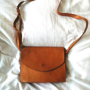 Vintage kernelæder skulder taske med to store rum og et mindre fladt rum til kort. Super flot og med patina