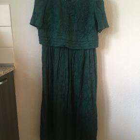 Flot grøn vintage - retro kjole str M. Kjolen trænger til en strygning, men ellers er standen perfekt. Mål: længde: 123 cm, bryst: 2 *45, talje: 2*38 cm.