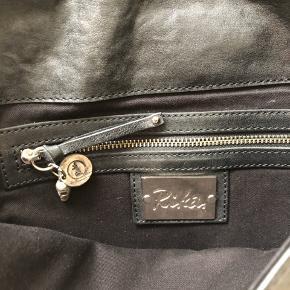 Så sej taske. Remme kan bruges dobbelt eller laves lang. Bagpå er der en lomme.
