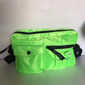Tasken er en super god størrelse, og er aldrig brugt!