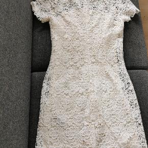 Kjolen har str 34, men er klart en str 36.  Utrolig Smuk feminin kjole fra Sand Copenhagen kreeret  i de fineste kniplinge blonder, med samme farve underkjole fra Bryst og nedad. Kjolen er cremefarvet. Brugt to gange.