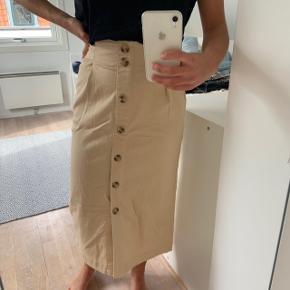 Beige nederdel fra Envii. Er brugt max 3 gange og er så god som ny