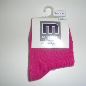 Varetype: NYE strømper Størrelse: 17-19 Farve: Pink  NYE Melton strømper i en flot pink farve.  10,- pp