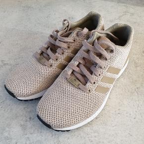 Adidas ZX Flux sneakers i khaki / sandfarve. Original skoæske følger med.