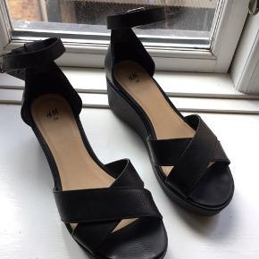 Plateau sandaler fra H&M, hælhøjde ca 7 cm. det højeste sted. Lukkes om anklen med rem som kan justeres. Brugt få gange