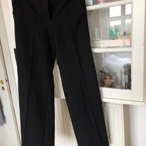 """Har nogle """"fnuller pletter"""" rundt omkring, deraf prisen. Ellers nogle virkelig flotte bukser jeg desværre ikke passer længere :)"""