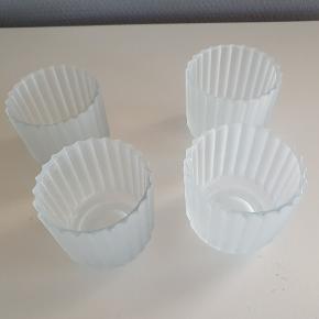 4 hvide/ sandblæste fyrfadsstager fra Lyngby Porcelæn. Stagerne er af glas og har en højde på 6,5cm Alle stagerne er hele og fine, uden brugsspor. Sælges samlet  Sendes gerne på købers regning