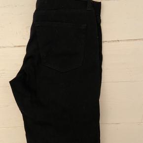Uniqlo jeans, heattech, sort. Str. 32 x 34. Helt nye, aldrig brugt.
