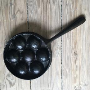 Æbleskivepande i støbejern, den helt klassiske gamle tunge udgave.   Uopslidelig og virker derfor perfekt. Kan også bruges til dekoration.