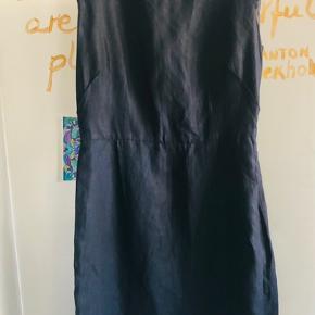 Super elegant og flatterende, figursyet kjole med lynlås på ryggen, som er fed detalje da den er i en anden tone blå.   34% linen, 66% lyocell , ca 94 cm langt Str.38 Brugt kun få gange.