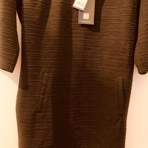 """Sød kort sort kjole  95 cm  Meget lille i str.  bruger selv normalt xl men den er for stram   selv om den er XXL  Købt gennem """"Likelondon"""""""
