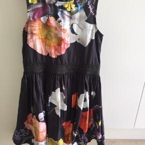 Super flot kjole fra Molo med blomster print Har kun været prøvet og aldrig vasket. Handler meget gerne via mobilepay og sender via dao