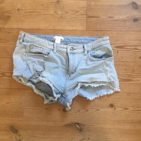 Korte lyseblå/turkis cowboy shorts 🦋  Fra H&M og en str. 40 - kan passes imellem str. 38-40.  OBS: jeg hverken bytter eller tager tøj retur igen.  Skriv gerne for mere information eller billeder!  Handler med DAO 🐚 Tager også imod seriøse bud. 🌟
