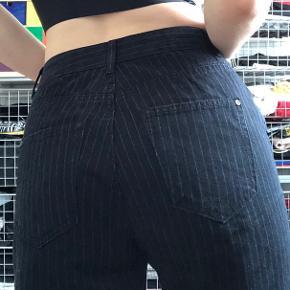 Distressed sorte jeans med grå streger Huller på knæ og et lille ved lommen Sælges da jeg ikke får dem brugt