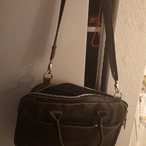 Sælger lækker royal republiq taske i 100 %læder