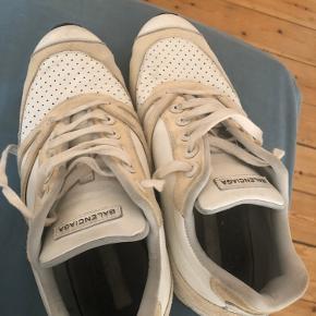 Balenciaga sneakers som jeg selv har købt fra Vestiare collective. Der er to til tre forskellige toner af farver ved skoen og jeg har næsten ikke gået med dem selv. De er str. 40 og MP er 2000