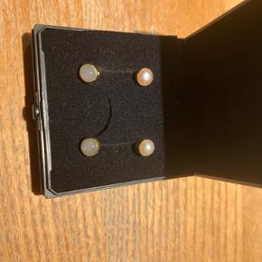 2 par ørestikker fra Carre De måler 0,6 cm i diameter Det ene par er med lyserød perle  Det andet med grå månesten Prisen er pr par 110 kr