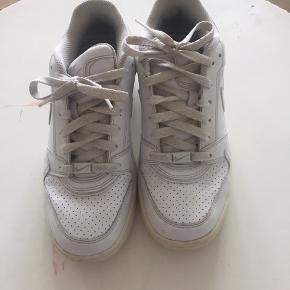 Nike sneakers i str 37,5. Skoene er brugt, men har stadig mange kilometer tilbage i sig. Så kom endelig med et bud :)