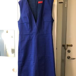 Rigtig smuk mørkeblå kjole fra Hugo Boss. OBS! Kjolen er en størrelse 32, men svarer til en størrelse 34 / XS.