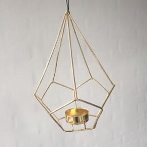 Fin guld lysestage til et stearinlys. Aldrig brugt. Den måler cirka 20 x 15 cm.