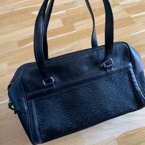 Dkny taske - næsten ikke brugt. Fremstår som ny. Nypris er 1600kr.  L: 40 H: 22 D: 13