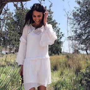 Helt ny tulia kjole, der medfølger underkjole til :) Aldrig brugt og stadig med tags. Sender med Dao og bytter ikke :)
