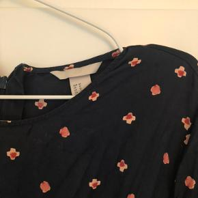 Smuk kjole fra H&M med bælte.