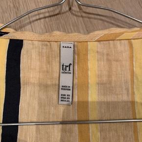 Rigtig fin bluse fra ZARA, super flatterende på taljen!  Købte den på ferie og har desværre aldrig fået den brugt. Købt for ca. 250-300kr Sælges for: 150kr