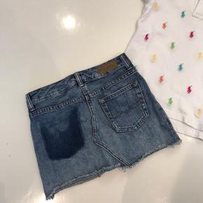 Ralph Lauren sæt med polo og denim nederdel. Som nyt. Sælges samlet for 200kr