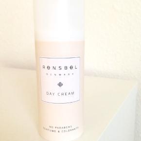 Helt ny ! - ny pris 249 kr.  Rønsbøl Day Cream er en nærende og plejende creme til dagligt brug. Den indeholder en masse aktive ingredienser som glycerin, abrikoskerneolie og macadamiaolie, som har en blødgørende og anti-inflammatorisk virkning. Derudover er den med hyaluronsyre, som tilfører en masse fugt til huden, og som er med til at holde huden spændstig. Endelig bekæmper vitamin E og B3 ældningstegn i huden, så den vil fremstå ungdommelig og frisk. Rønsbøl Day Cream er velegnet til alle hudtyper, og er uden parabener, parfume og farvestoffer.  Fordele:  Nærende og plejende dagcreme. Virker blødgørende og anti-inflammatorisk. Fugtgivende. Holder huden spændstig. Bekæmper ældningstegn. Til alle hudtyper. Uden parabener, parfume og farvestoffer.  Anvendelse:  Bruges om morgenen. Påføres afrenset hud. Påføres ansigt og hals.
