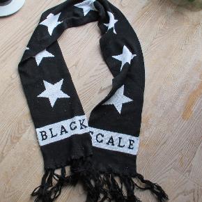 Halstørklæde fra Black Scale. Sort med hvide stjerner. Længde: Ca 172 cm.  Se også mine flere end 100 andre annoncer med bla dame-herre-børne og fodtøj