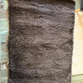 IKEA Gåser tæppe 133x195 i mørkebrun i langt luv sælges da det ikke er blevet brugt endnu.   Ny pris 1.200 kr. Sælges for 500 kr.  Skal afhentes i by nær Aalborg!
