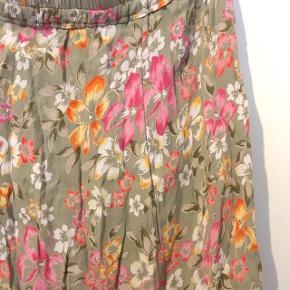 Vintage nederdel med blomstermønster. Dejlig luftig og flot sommernederdel. Ikke brugt mere end en gang, da elastikken er lidt for stor til mig (jeg er en small). Den kan nok passe både en m og large.   Kom gerne med bud!  Sender gerne, dog betaler køber porto :-)