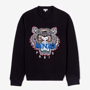 (SOLGT)  👕Kenzo Paris Sweatshirt  👔Den er str Medium  💵Den er købt i Kenzo's egen butik i Barcelona  ✉️Har ALT og  💸Nypris var 1700kr  💳Den sælges mindst for 1300kr da den er som HELT ny